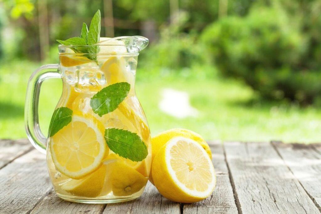 Zitronenwasser zum Basenfasten und als Hausmittel bei Kopfschmerzen